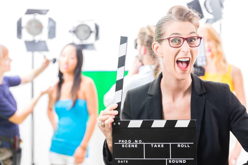 Frau mit Filmklappe Maskenbildner