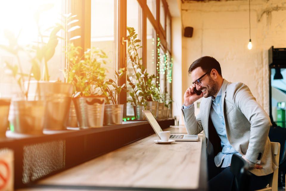 Mann sitzend im Cafe bei der Arbeit