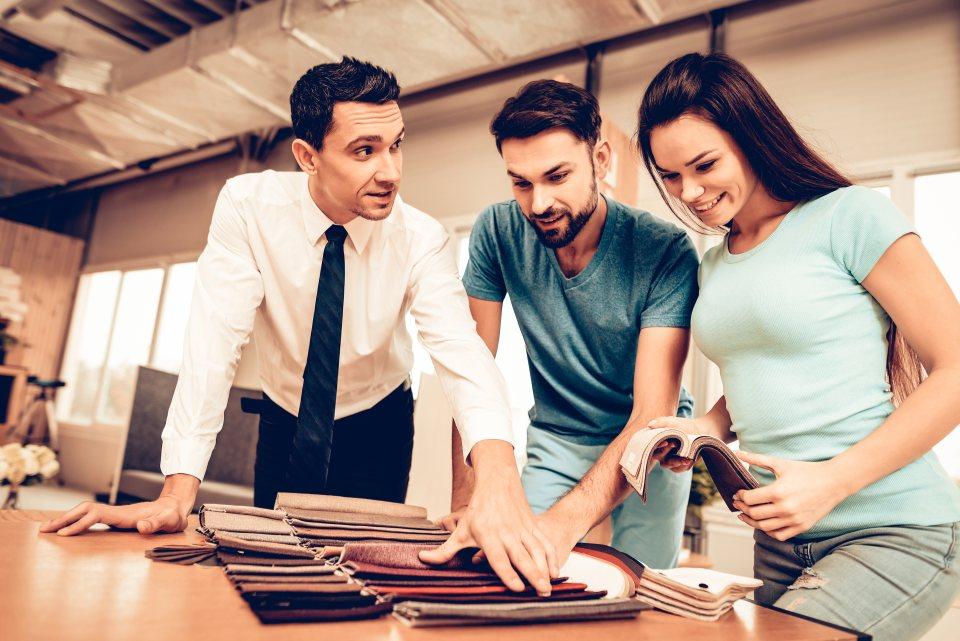 Möbelverkäufer berät junges Paar