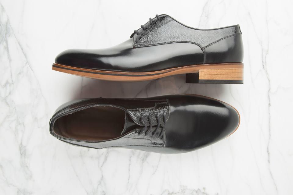 Business Schuhe nebeneinander verkehrt