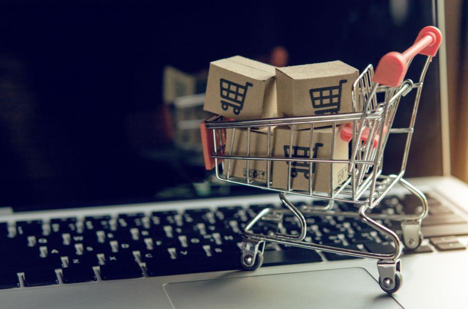 Modell-Einkaufswagen auf Tastatur