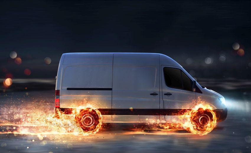 Lieferwagen mit brennenden Reifen
