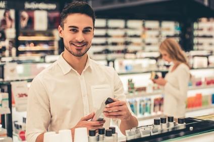 Mann in Parfümerie