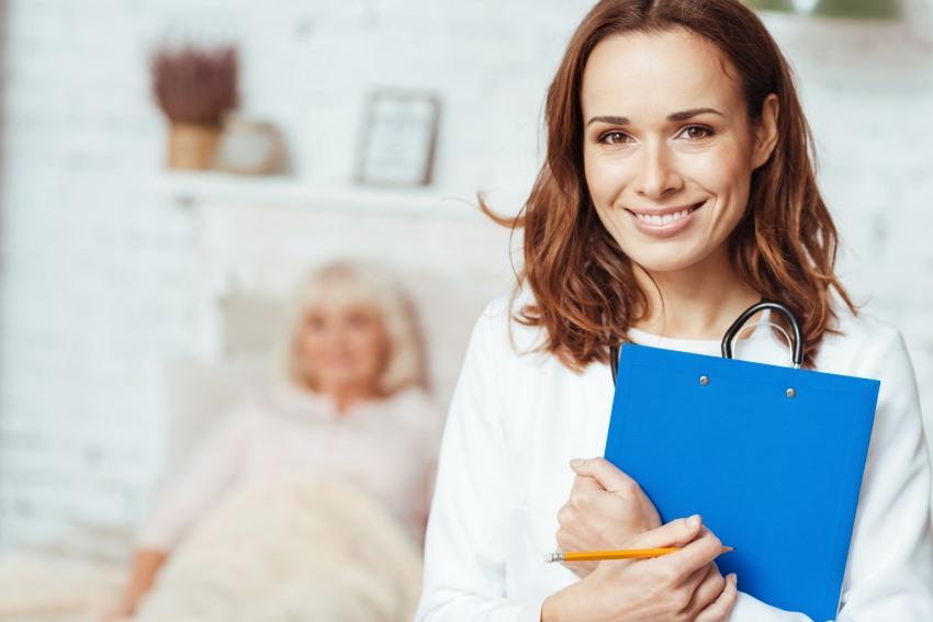 Pflegedienst Frau mit Patientenakte