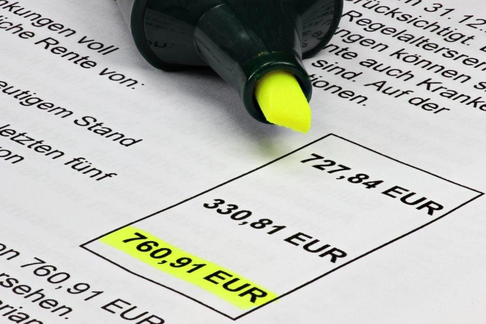 Rentenbescheid mit Textmarker
