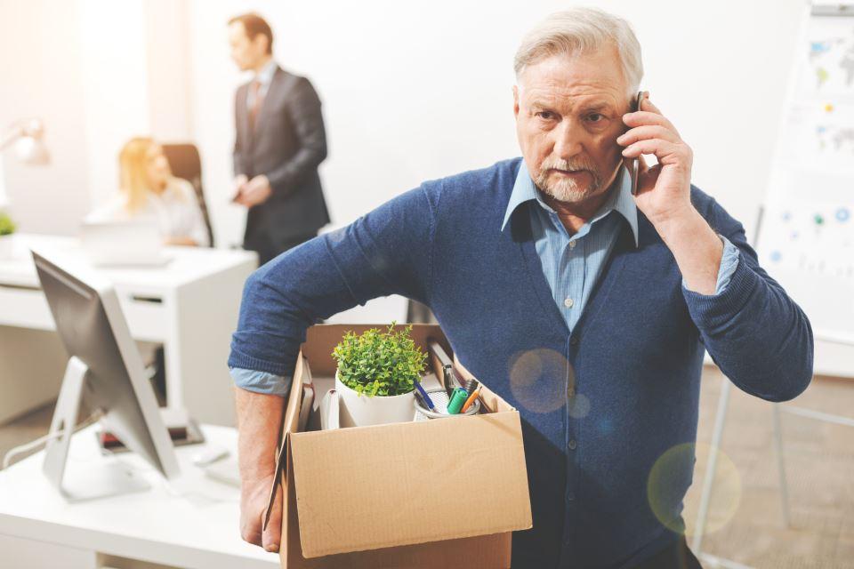 Rentner verlässt Büro