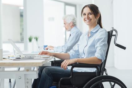 Angestellte mit Rollstuhl am Arbeitsplatz
