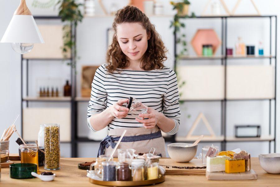 Frau mit selbstgemachten Produkten