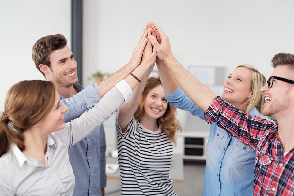 Studenten klatschen in die Hände