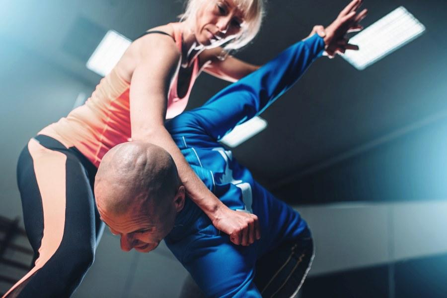 Frau übt Selbstverteidigung mit Partner