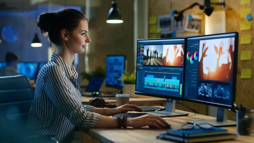 Frau am PC sound designing
