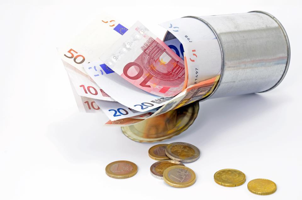 Spardose mit Geldscheinen