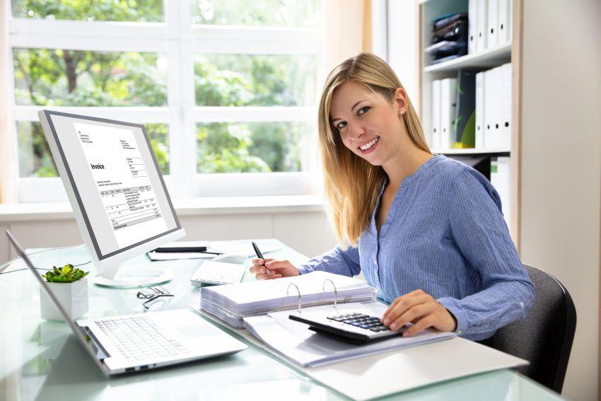 Steuerberaterin am Schreibtisch