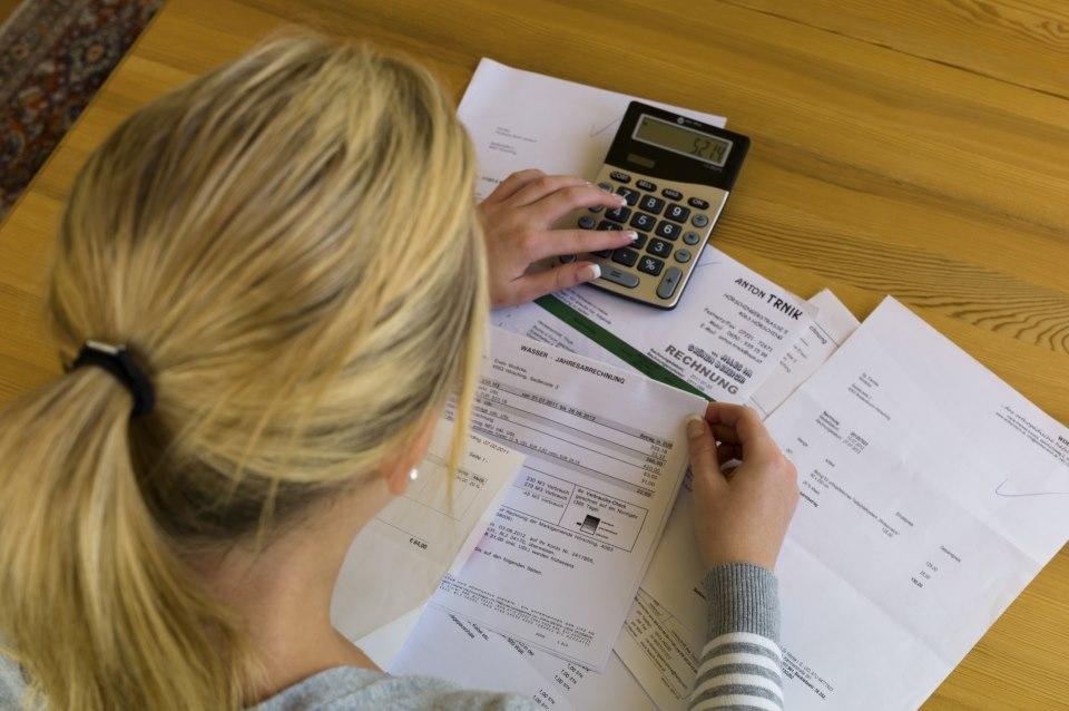Frau sitzt an Steuererklärung