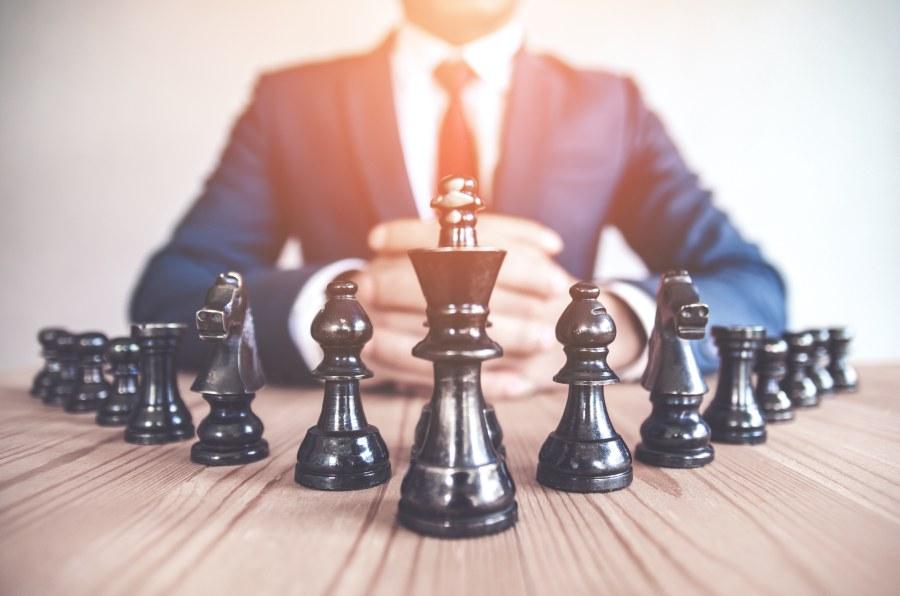 Geschäftsmann vor Schachbrett