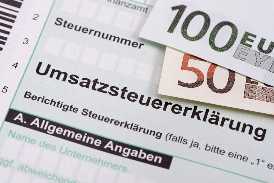 Umsatzsteuererklärung mit Geldscheinen