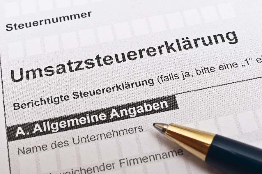 Umsatzsteuererklärung mit Kugelschreiber