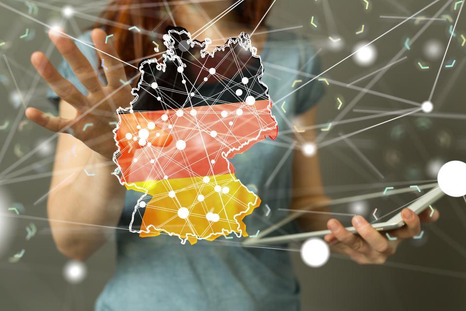 Frau vor virtueller Deutschlandkarte