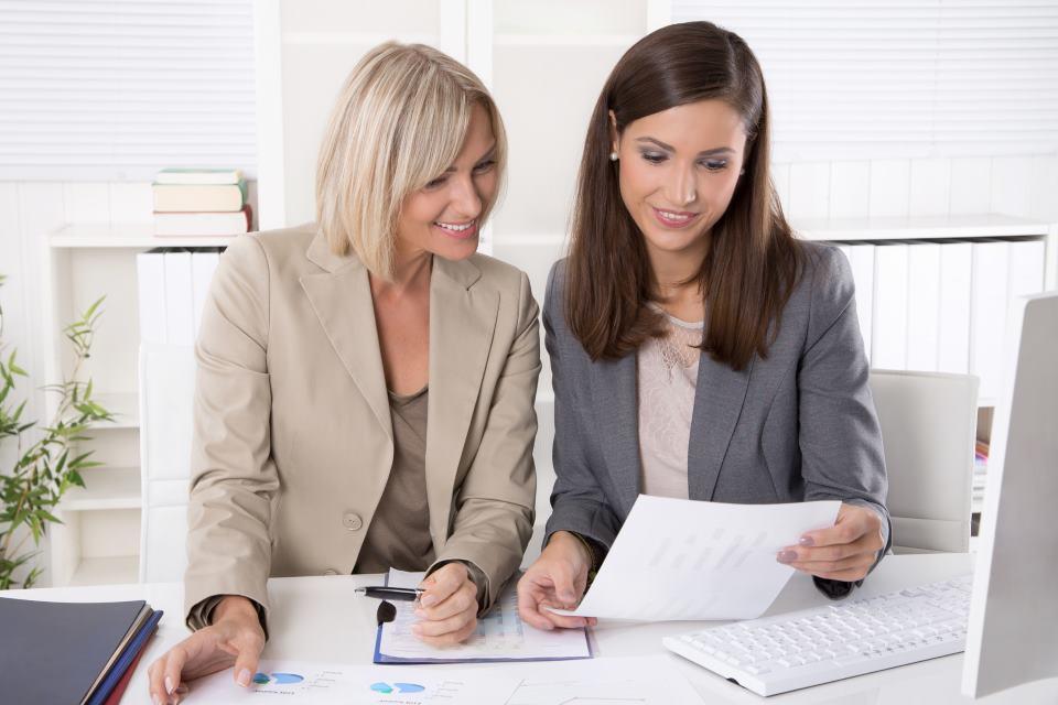 Unternehmensberaterin bei der Analyse mit Klientin