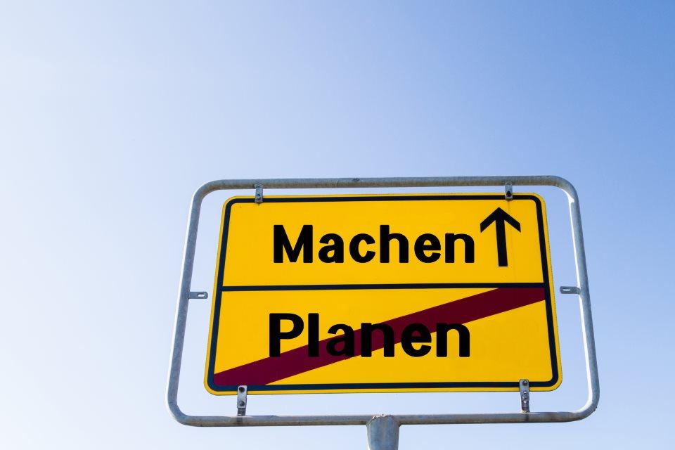 """Schild """"Machen statt Planen"""""""
