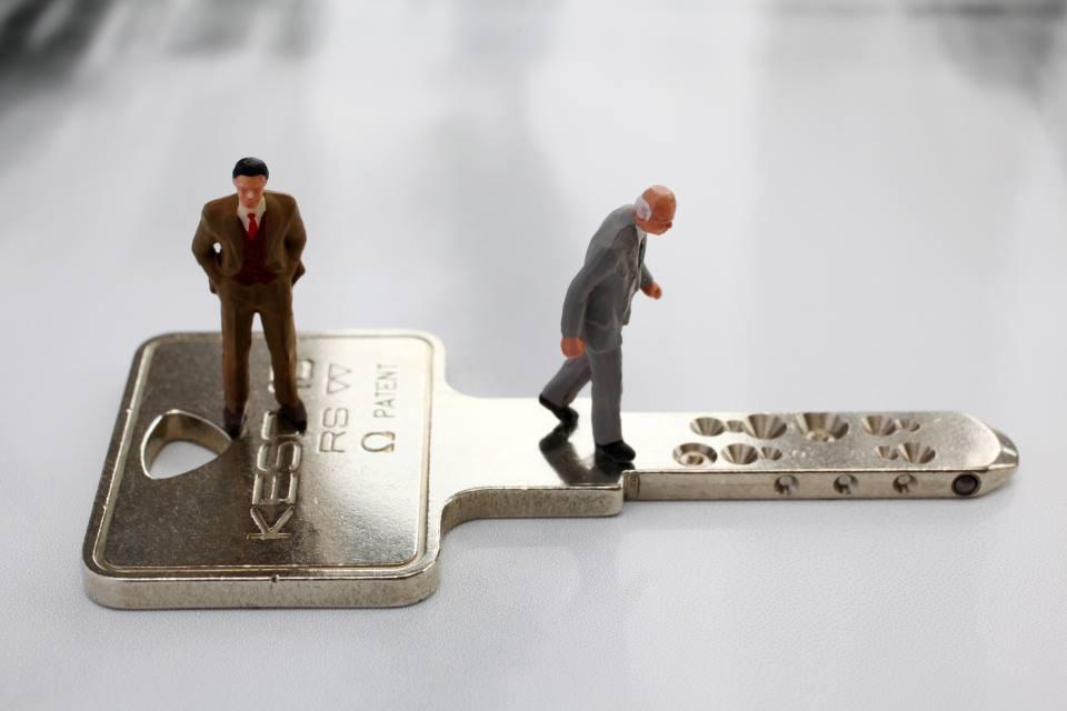 Schlüssel mit Figuren Unternehmensnachfolger