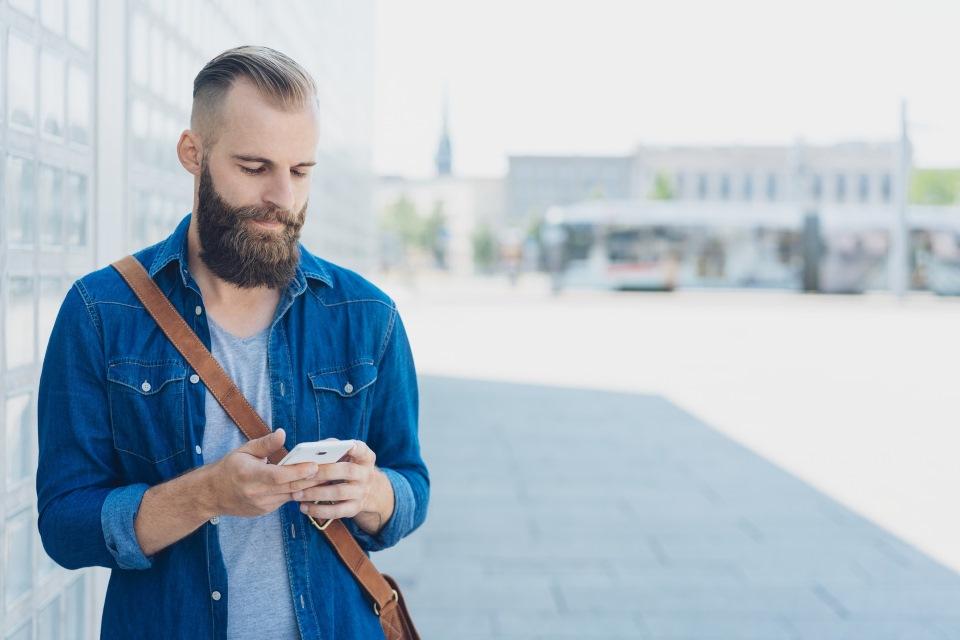 Unternehmer mit Handy in Stadt