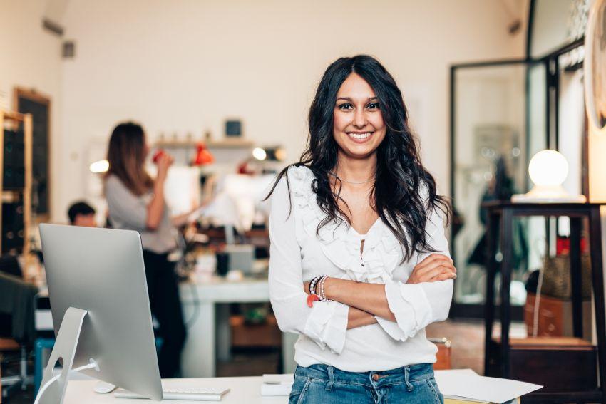 Unternehmerin blickt zufrieden in Kamera