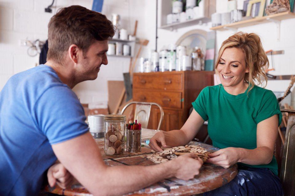Mann und Frau planen über Produkt Upcycling