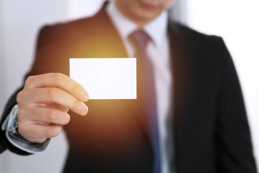 Geschäftsmann hält Blanko Visitenkarte