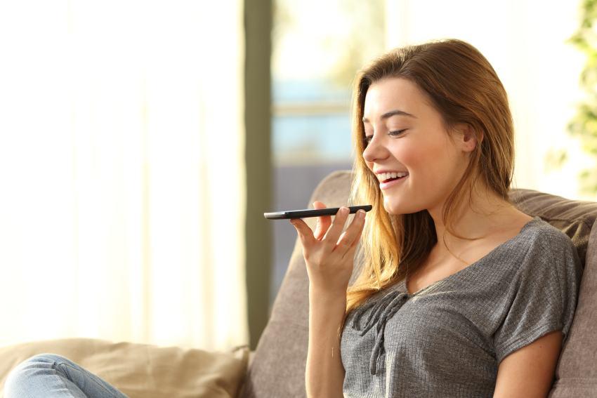 Frau spricht in Handy