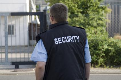 Mann Sicherheitsdienst vor Gebäude