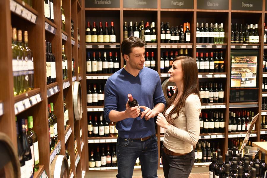 Paar im Weingeschäft unterhält sich