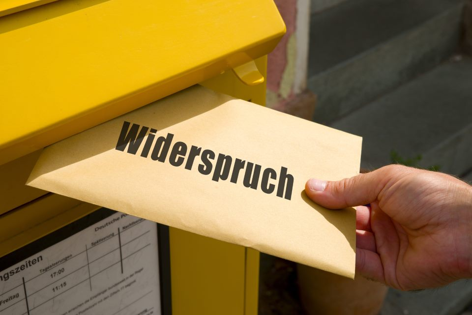 Widerspruch wird in Briefkasten geworfen